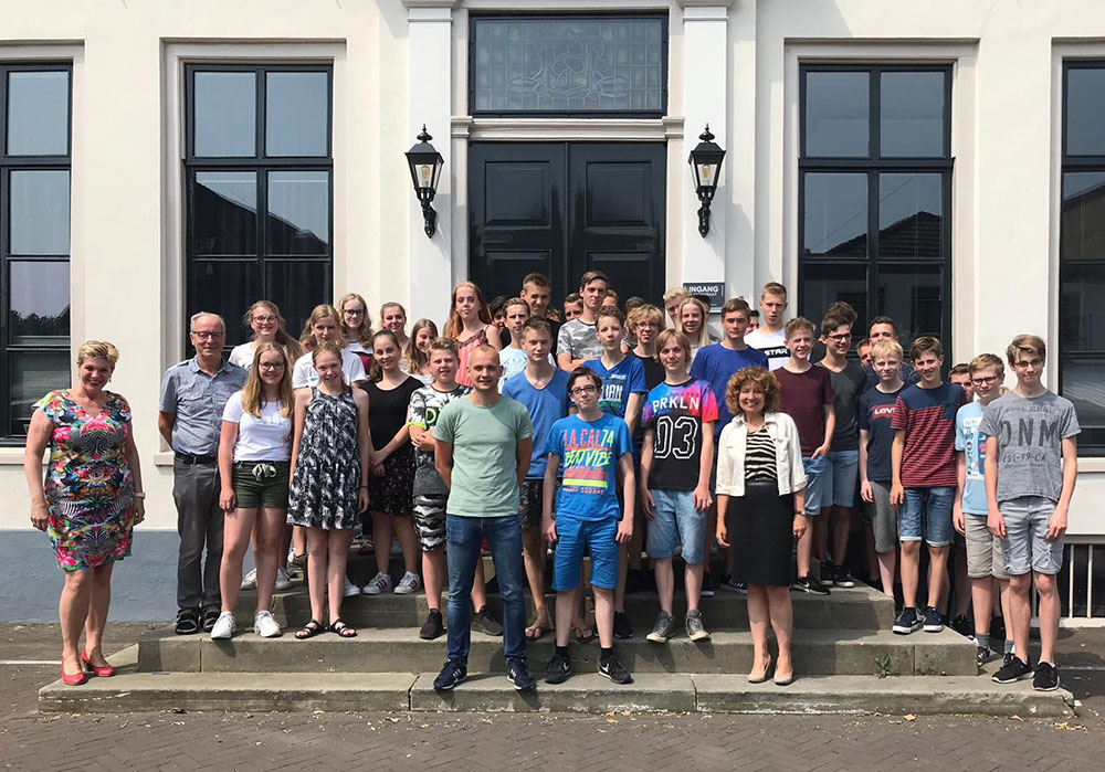 Jongeren bezoeken de gemeente Aalten